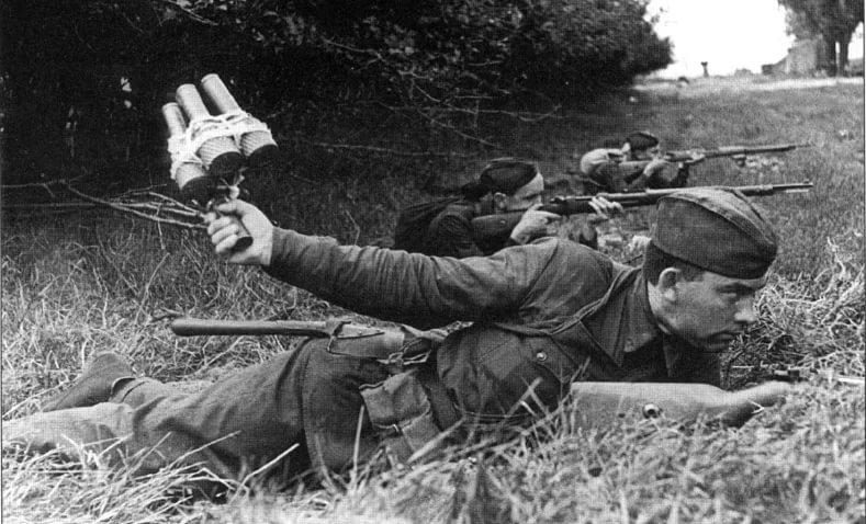 Семь фашистских танков связкой гранат.... 14468.jpeg