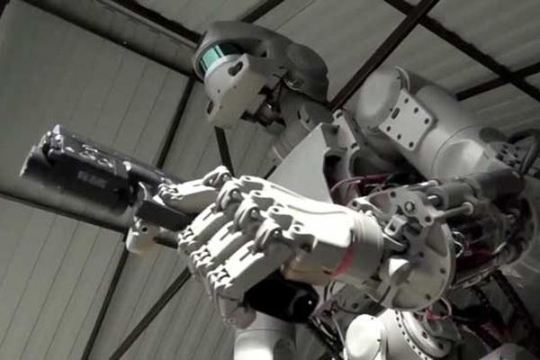 Мистер робот стал Терминатором. 3