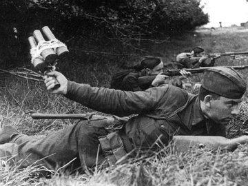 Один с гранатами против танкового взвода